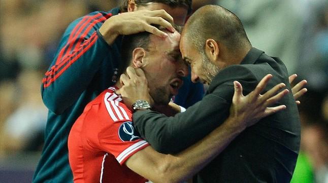 Ribery felicita a Guardiola por su gol en la final de la Supercopa de Europa.