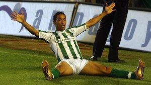 Ricardo Oliveira celebra un gol logrado con el Betis ante el Sevilla.