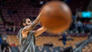 Ricky Rubio calienta antes del inicio de su partido de baloncesto de la NBA contra los Toronto Raptors en Toronto, Canada.