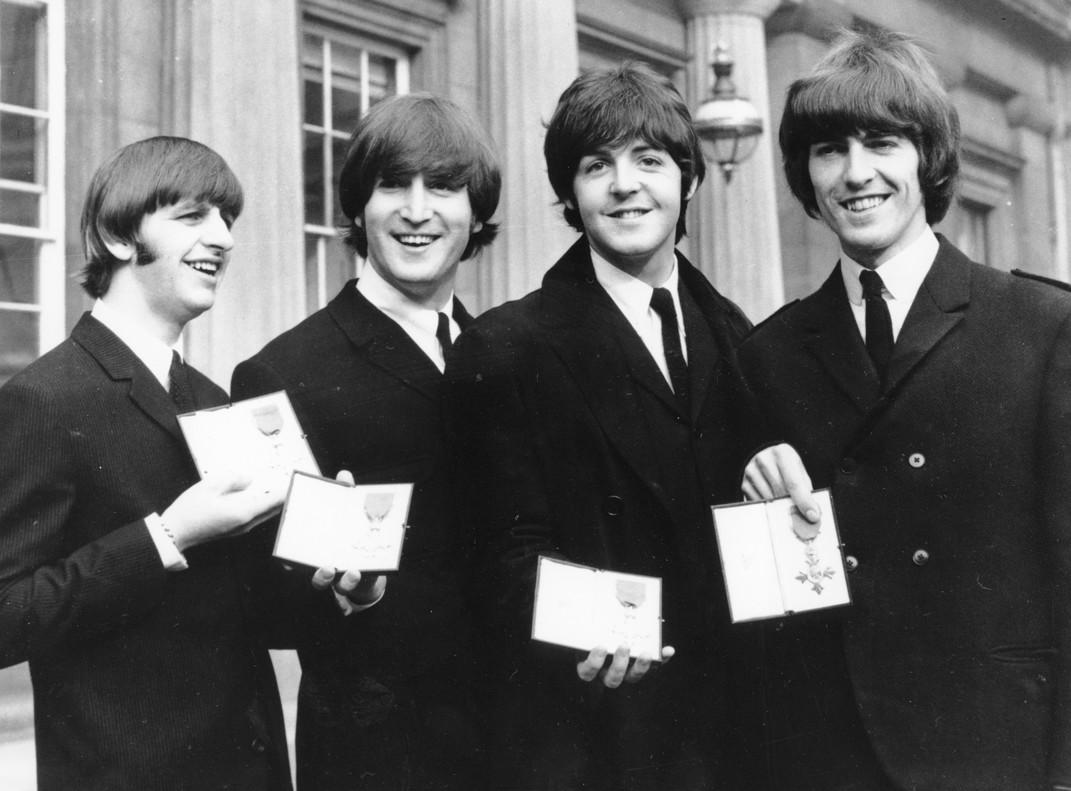 Ringo Starr, John Lennon, Paul McCartney y George Harrison, con la Oden del Imperio británico, en octubre de 1965.