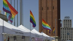 Carpas en la avenida de Maria Cristina de Barcelona con motivo de la Pride.