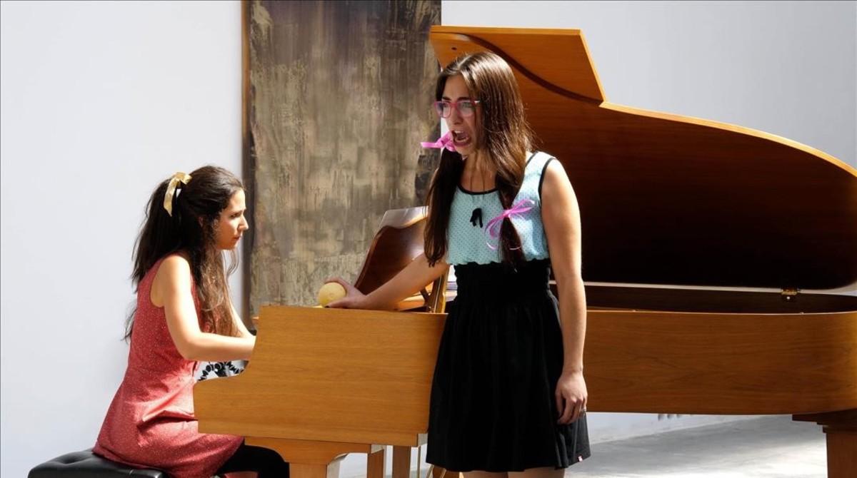 La soprano Mercedes Gancedo interpreta un ciclo de canciones infantiles de Leonard Bernstein durante un recital-aperitivo en la Galería Carles Taché,dentro del festival LIFE Victoria,el 8 de noviembre.