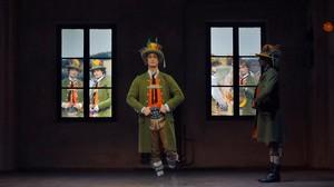 Escena de la ópera el novio desaparecido, de Klaus Lang, con los hermanos Bubenicek en el escenario y reproducciones videográficas al fondo, dentro de la programación Diskurs Wagner, en el festival de Bayreuth.