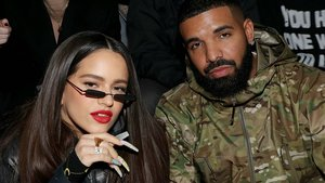 Rosalía, con las uñas de Kro Vargas, junto al rapero Drake, en la Semana de la Moda de Nueva York, el pasado día 5.