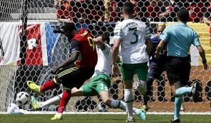 Lukaku dispara con la zurda en la jugada que supuso el 1-0 ante Irlanda.
