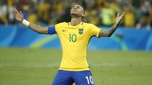 Neymar celebra su éxito mirando al cielo tras proclamarse campeón olímpico con Brasil.