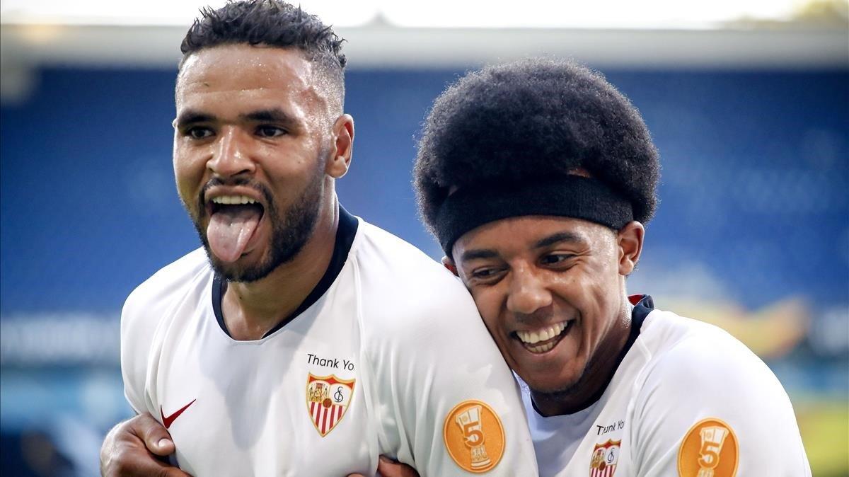 En Nesyri celebra su gol ante la Roma felicitado por Koundé.