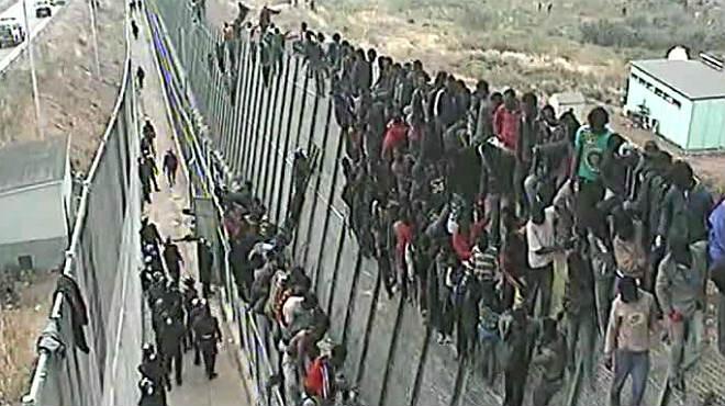 Resultado de imagen de inmigrantes saltan la valla de melilla