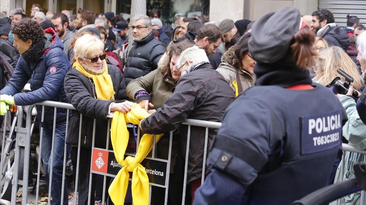 La sede de la CUP blindada ante la concentración de la ultraderecha ante la puerta del partido independentista.