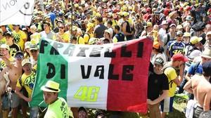 Seguidores italianos, en las gradas del circuito de Mugello.