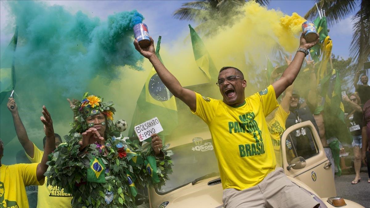 Seguidores deJair Bolsonaro cantan el himno brasileño frente a la residencia de Jair Bolsonaroen Río de Janeiro.