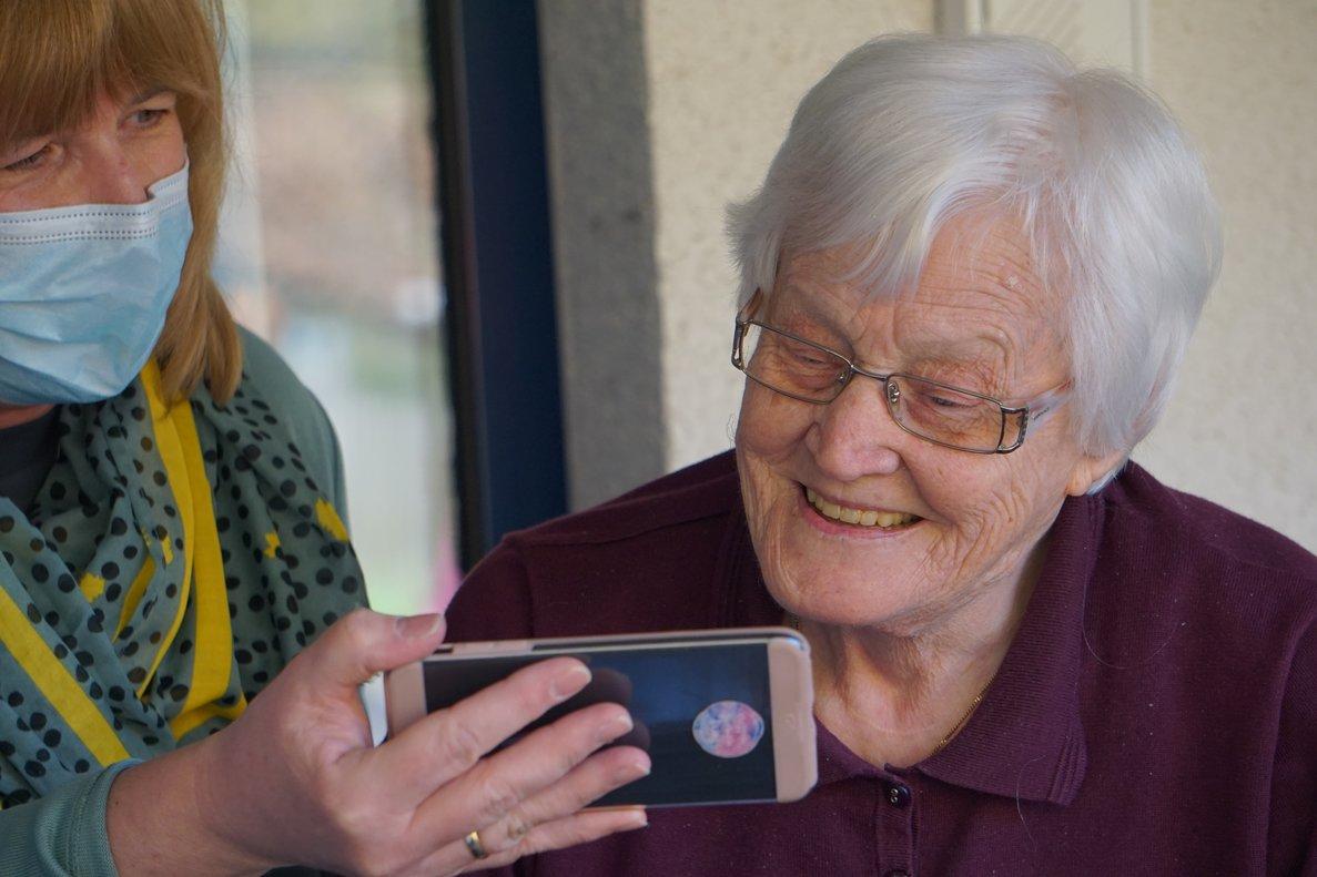 ¿Qué debe tener un teléfono móvil para personas mayores?