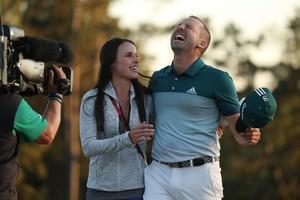Sergio Garcia junto a su esposaAngela Akins, después de ganar el Masters de Augusta 2017