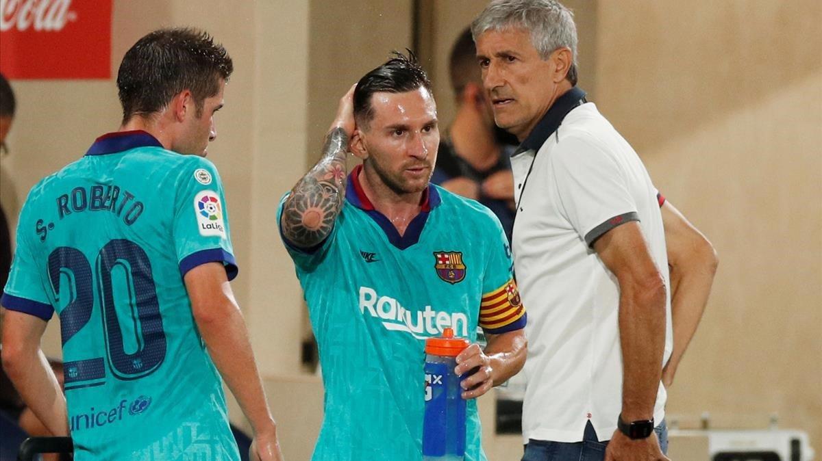 Setién charla con Messi y Sergi Roberto en una pausa de hidratación en Vila-Real.