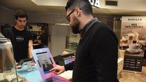 Solución de pago con la cara (biométrico) en un establecimiento Rodilla.