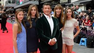 Sylvester Stallone y su familia en la presentación de una película, en el 2014.