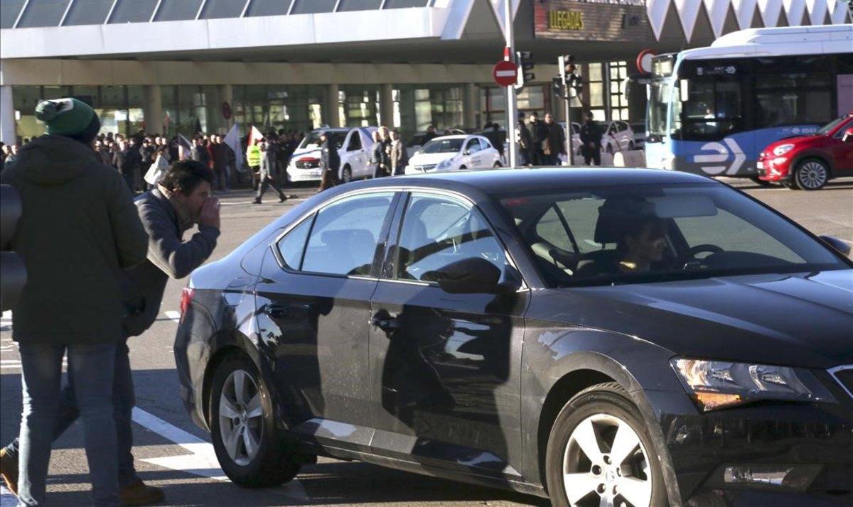 Un taxista increpa a un conductor de VTC en la estación de Atocha, en Madrid.