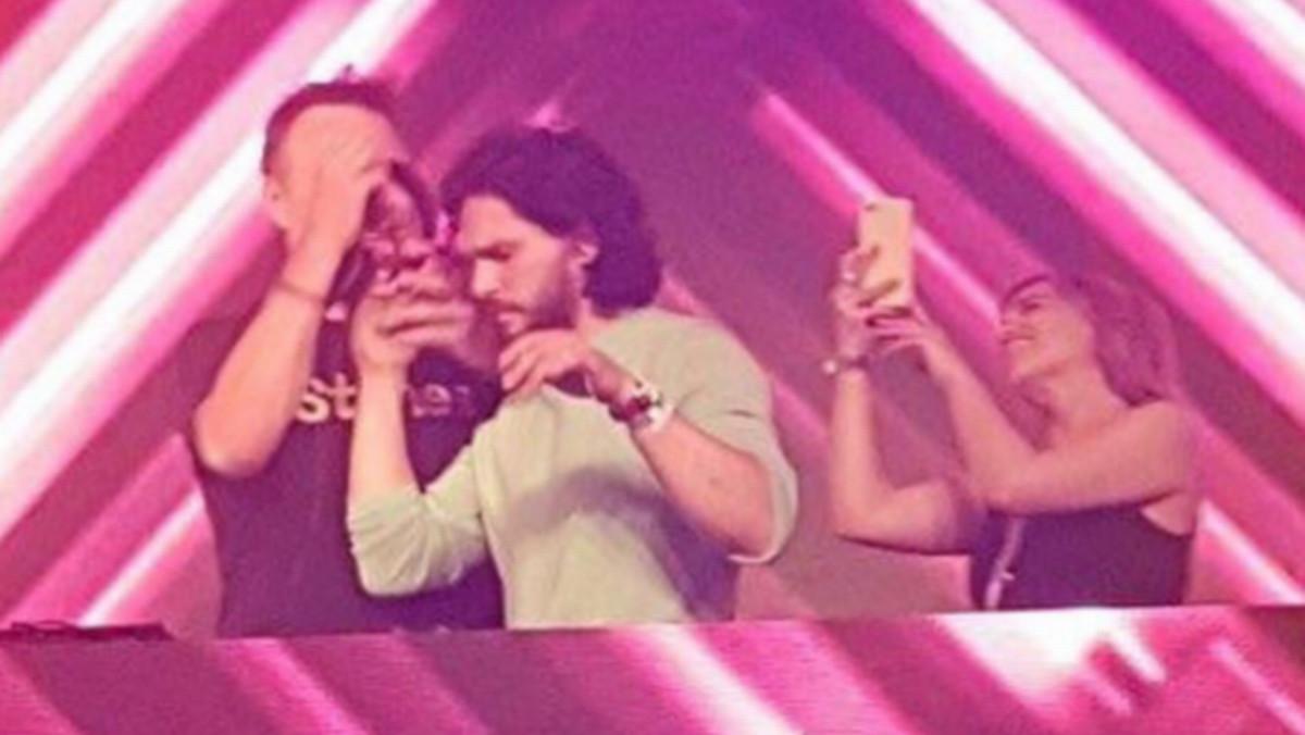 El actor Kit Harington hizo sus pinitos como DJ en la fiesta de despedida de Juego de tronos en Belfast.