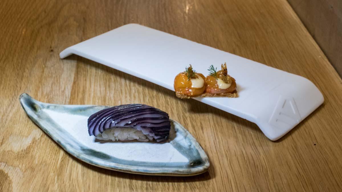 Jorge Muñoz explica cómo preparar nigiri de calamar y tostada de pollo con gambas.