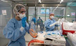 Trabajadores del Hospital Clínic de Barcelona se protegen ante el coronavirus en su labor diaria.