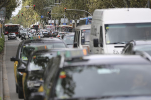 Tráfico intenso en la avenida Diagonal, en una foto de archivo