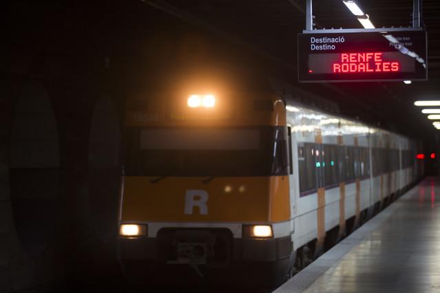 Un tren de Rodalies Renfe en la estación Clot Aragó.