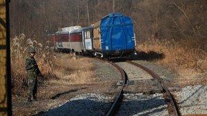Un tren traslada a funcionarios surcoreanos por territorio norcoreano.