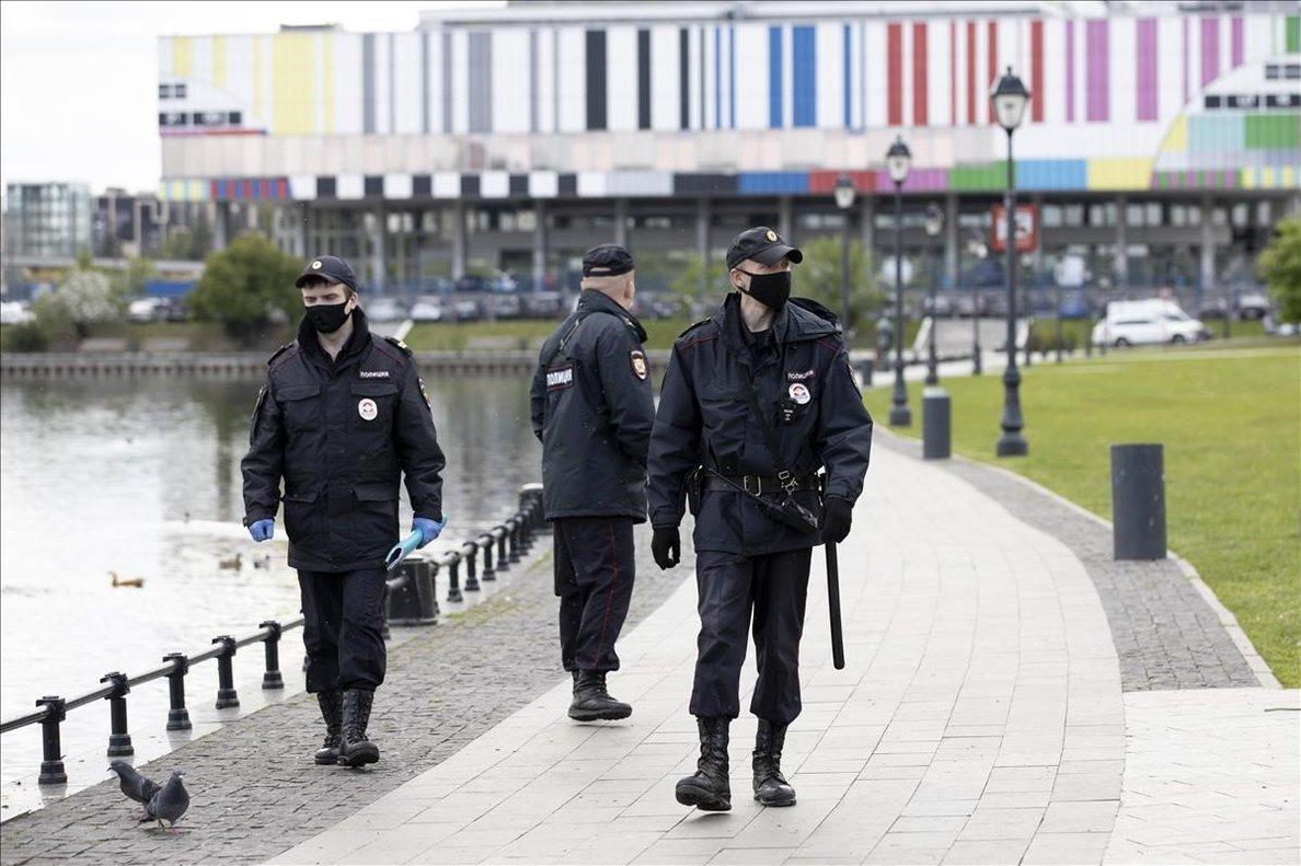 Tres policías patrullan por Ontankino, en Moscú, esta semana.