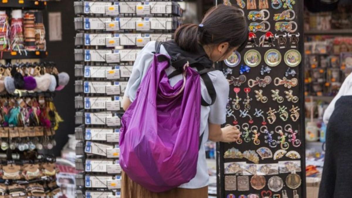 Turista en una tienda de recuerdos de Barcelona.