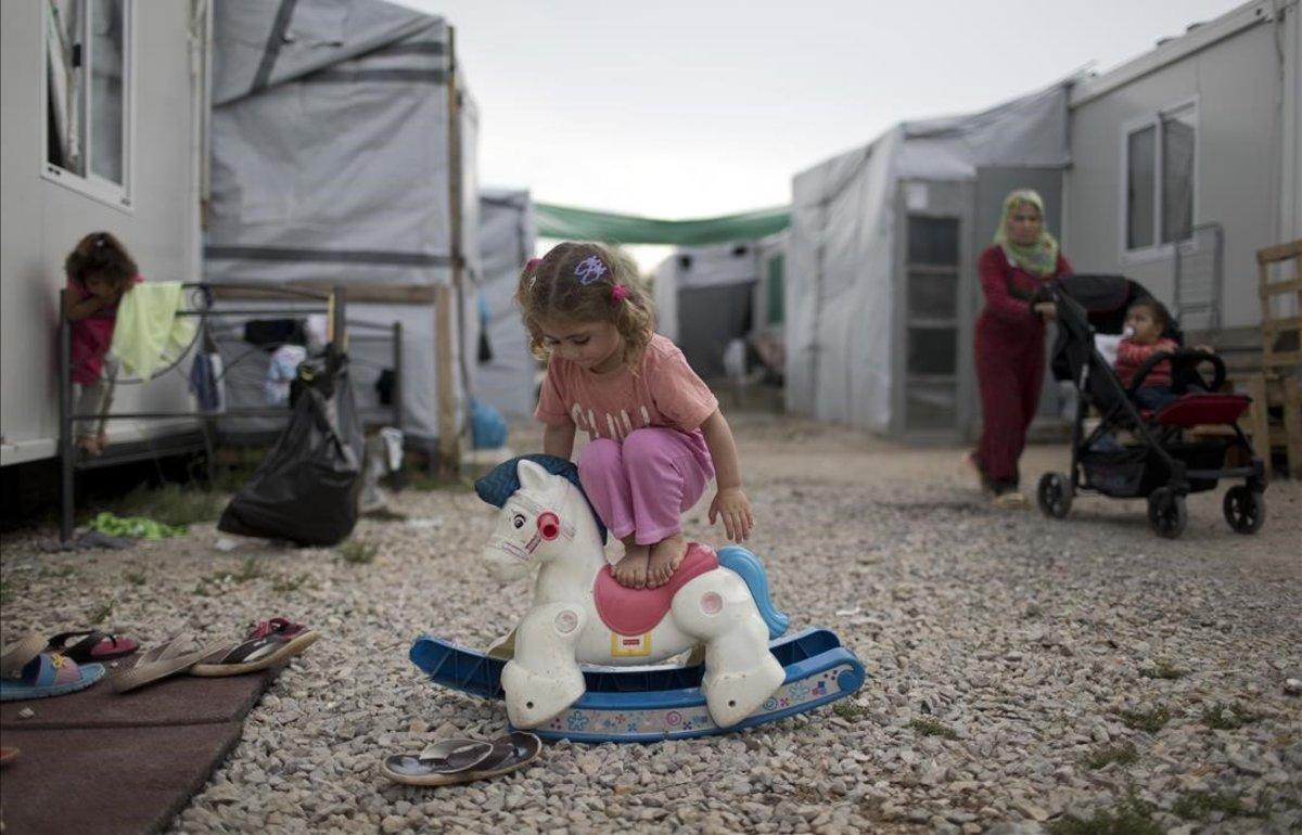 Una niña siria juega en un campo de refugiados griego.