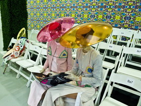 Unas modelos leen antes de la presentación de creaciones de Thom Browne, en la semana de la moda de Nueva York.