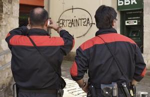 Després de l'atac de Cornellà, els ertzaines demanen al Govern Basc que els deixi portar armes fora de servei