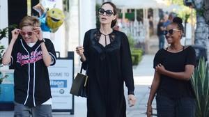 Angelina Jolie con sus hijos Shiloh y Zahara en Los Ángeles.