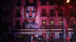 Pedro Sánchez celebra su victoria con los militantes, este domingo en la sede del PSOE.