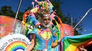 Uno de los participantes en el desfile del Orgullo Gay en Madrid.