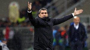 Valverde da instrucciones a los jugadores del Barça ante el Inter en San Siro.