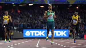 Van Niekerk cruza la línea de meta como campeón de los 400 metros.
