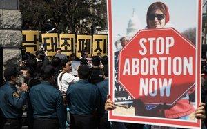 Varias personas protestan contra la ley del aborto frente al Tribunal Constitucional en Seúl Corea del Sur antes del anuncio de su veredicto.