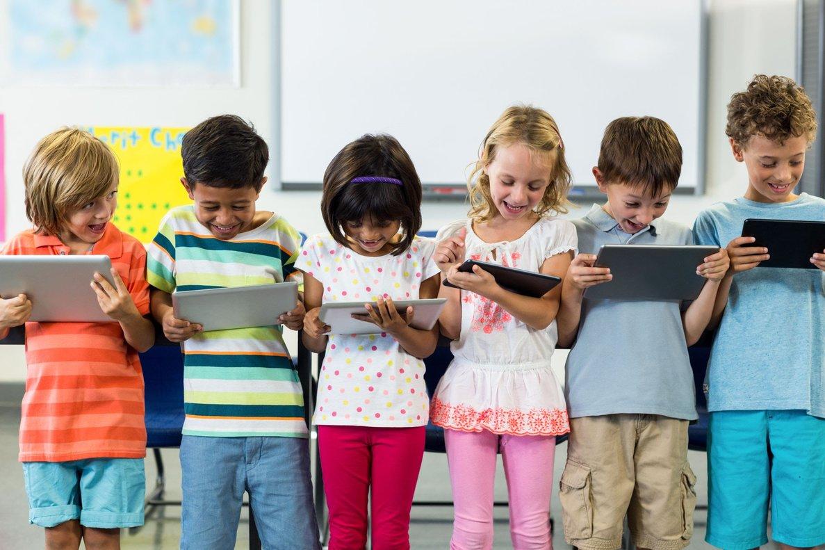 Varios niños con tabletas.
