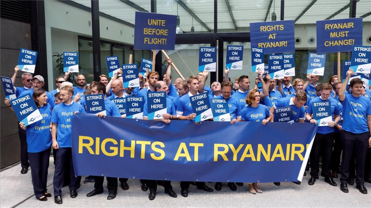 Varios pilotos de Ryanair protestan en el Aeropuerto Internacional de Fráncfort en el día de huelga.