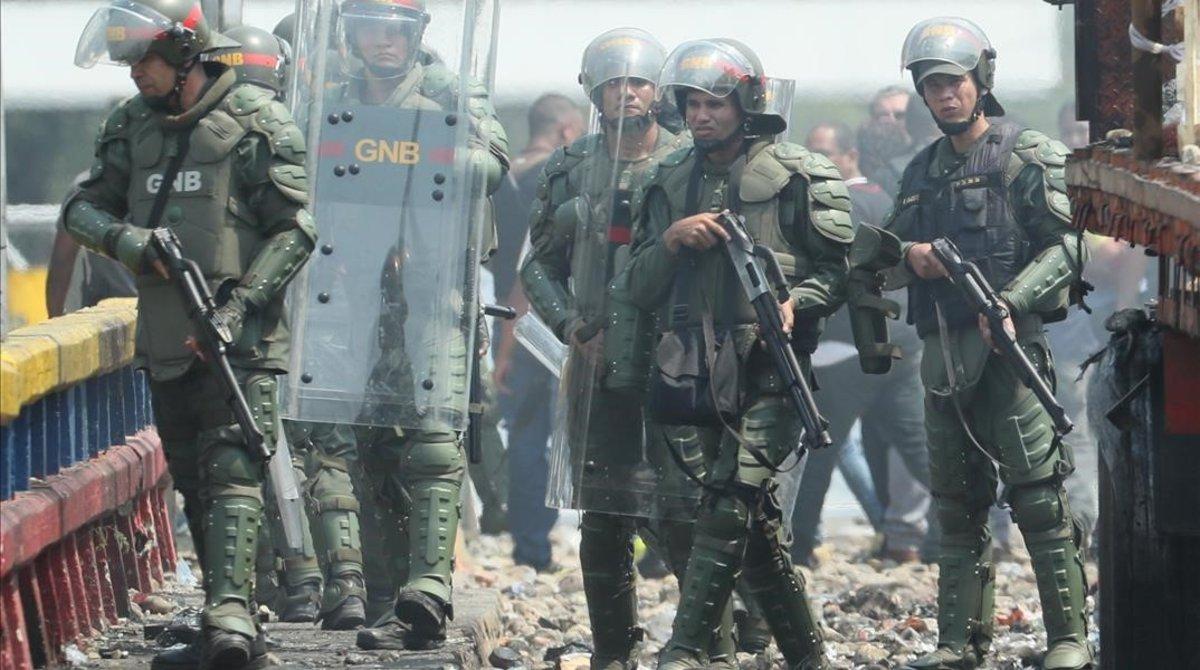 Miembros de la Guardia Nacional Bolivariana montan guardia en la frontera entre Colombia y Venezuela.