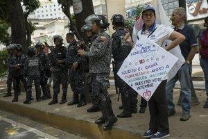 Policías venezolanos vigilan durante las protestas en contra de Nicolás Maduro.AP Photo Rodrigo Abd