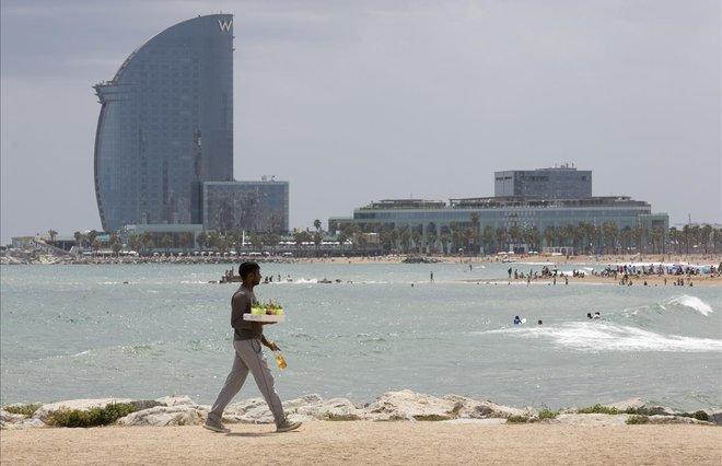 La venta ambulante ilegal se desborda en las playas de Barcelona.