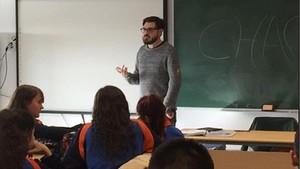 Antonio Miguel Utrera, víctima del 11-M, ofreciendo su testimonio dentro del proyecto educativo para llevar la lucha contra el terrorismo a las aulas.