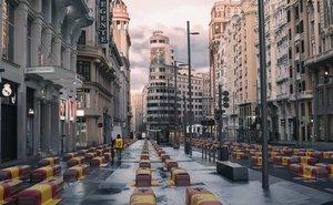 Fotomontaje de la Gran Vía de Madrid llena de ataúdes que ha publicado Vox en su cuenta de Twitter.