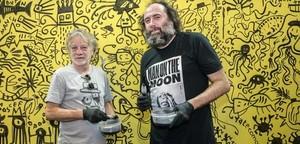Javier Mariscal y Mikel Urmeneta, con su mural, en el estand de Nortindal, en Alimentaria, el martes, 17 de abril.