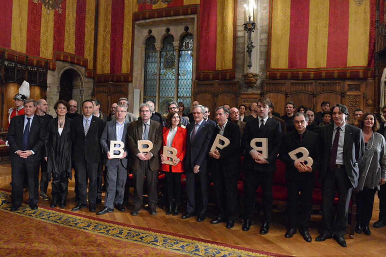 Xavier Trias con los galardonados con el premioCiutat de Barcelona 2013, entre ellosJavier Pérez Andújar (tercero por la derecha).