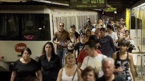 Pasajeros en el andén de la la estación de Bogatell, de la línea 4.