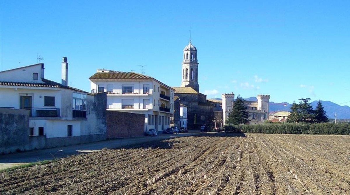 Vilobí d'Onya, con la silueta de la iglesia.