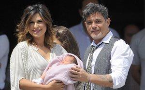 Raquel Perera y Alejandro Sanzcon su hija Alma, en el 2014.